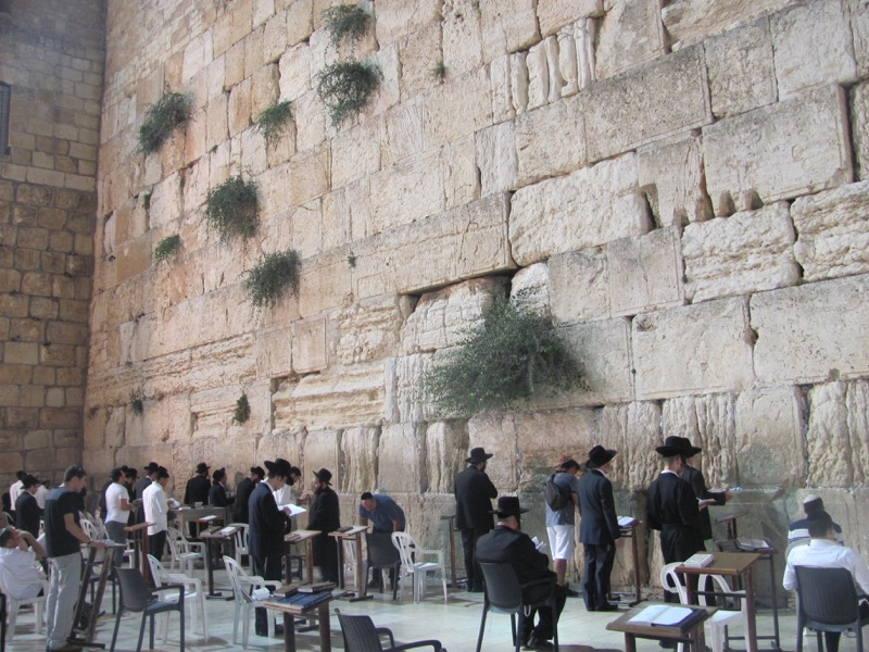 praying at western wall jerusalem